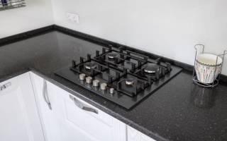 Как установить плинтус на кухонную столешницу?