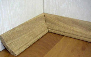 Как крепить деревянный плинтус к полу?