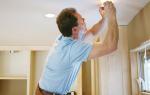 Как открутить лампочку в натяжном потолке?