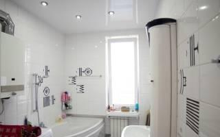Как отделать потолок в ванной комнате?