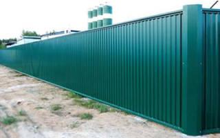 Как поставить забор из профнастила своими руками?