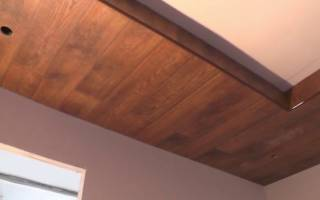 Как закрепить ламинат на потолке?