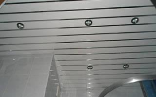Как крепить реечный потолок в ванной?