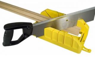 Как правильно вырезать угол на потолочном плинтусе?