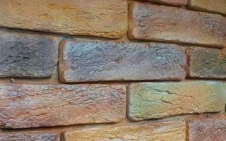 Как покрасить гипсовый камень на стене?