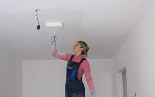 Как правильно белить потолок?