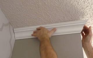 Как клеить пенопластовые плинтуса на потолок?