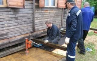 Как поднять старый деревянный дом на фундамент?
