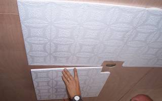Как клеить плитки на потолок из пенопласта?