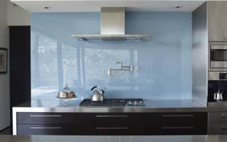 Как крепить стеклянный фартук на кухне?